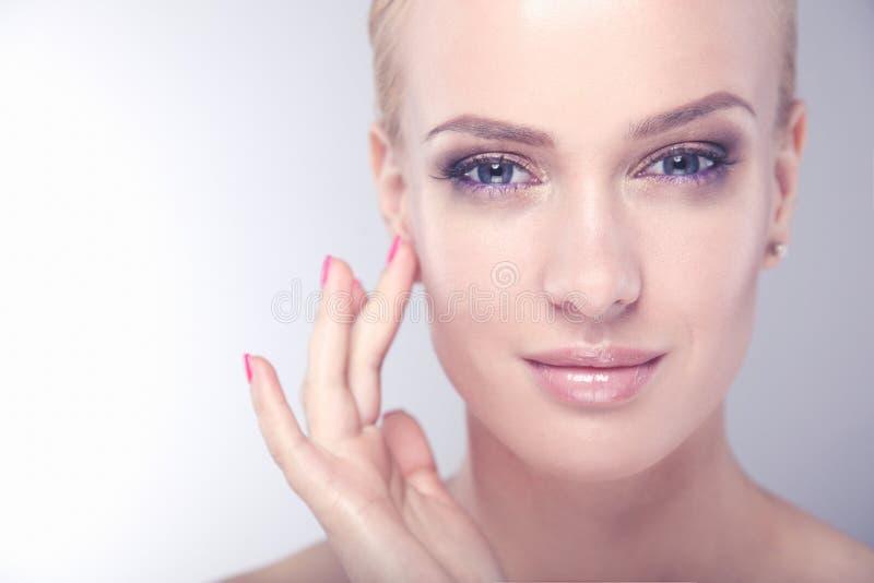 Красивая женская сторона Молодой идеальный портрет крупного плана женщины на белой предпосылке стоковая фотография