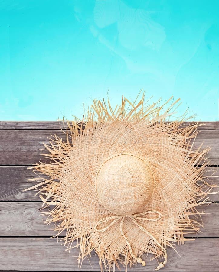 Красивая женственная соломенная шляпа лежа около бассейна стоковые фото