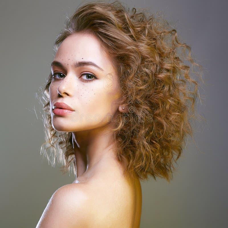 Красивая женщина брюнета с волнистыми здоровыми волосами стоковая фотография