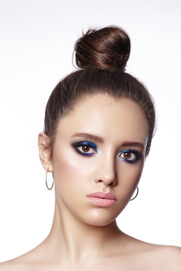 Красивая женщина брюнета с макияжем моды и стилем причесок плюшки Отпразднуйте макияж глаза стиля Яркий взгляд моды стоковые изображения rf