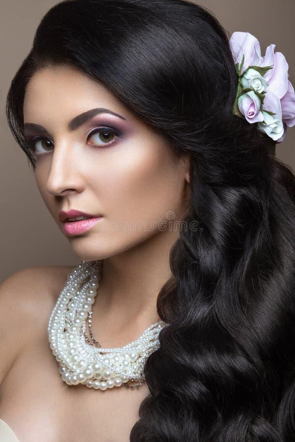 Красивая женщина брюнет в изображении невесты стоковая фотография rf