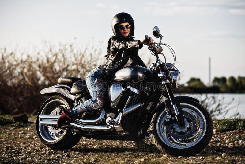 Красивая женщина брюнет мотоцикла с классическим мотоциклом c стоковые изображения rf