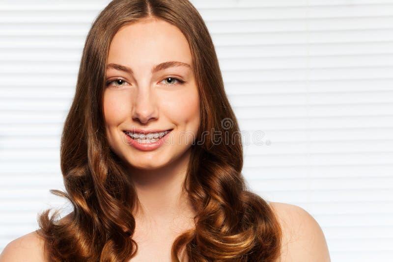 Красивая женщина брюнет с зубоврачебными расчалками стоковая фотография rf