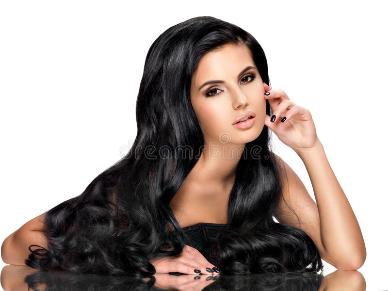 Красивая женщина брюнет с длинными черными волосами стоковая фотография