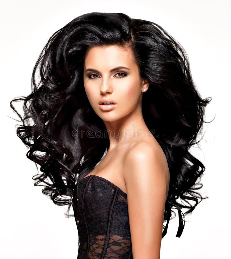 Красивая женщина брюнет с длинными черными волосами стоковые изображения