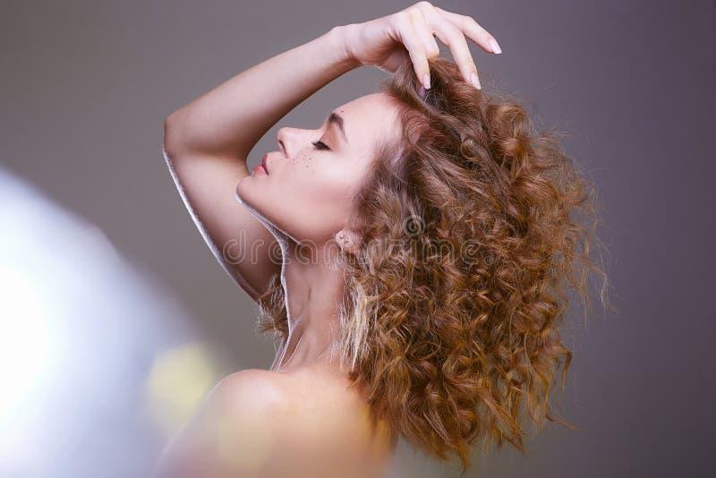 Красивая женщина веснушек изумляя курчавая девушка стиля причесок стоковые изображения rf