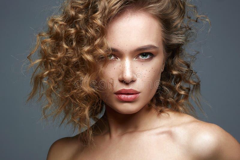 Красивая женщина веснушек изумляя курчавая девушка с макияжем стоковые изображения