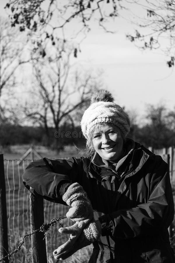 Красивая женщина вне идя в сельскую местность стоковая фотография