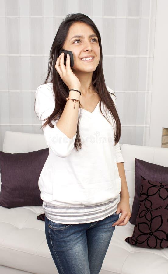 Красивая женщина вызывая телефоном стоковое изображение rf