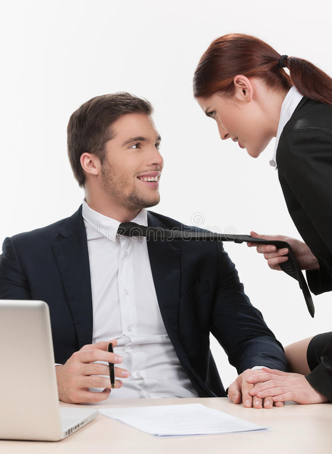 Красивая женщина вытягивая человека связью. стоковое фото