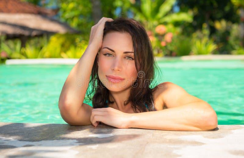 Красивая женщина в бассейне стоковое изображение rf