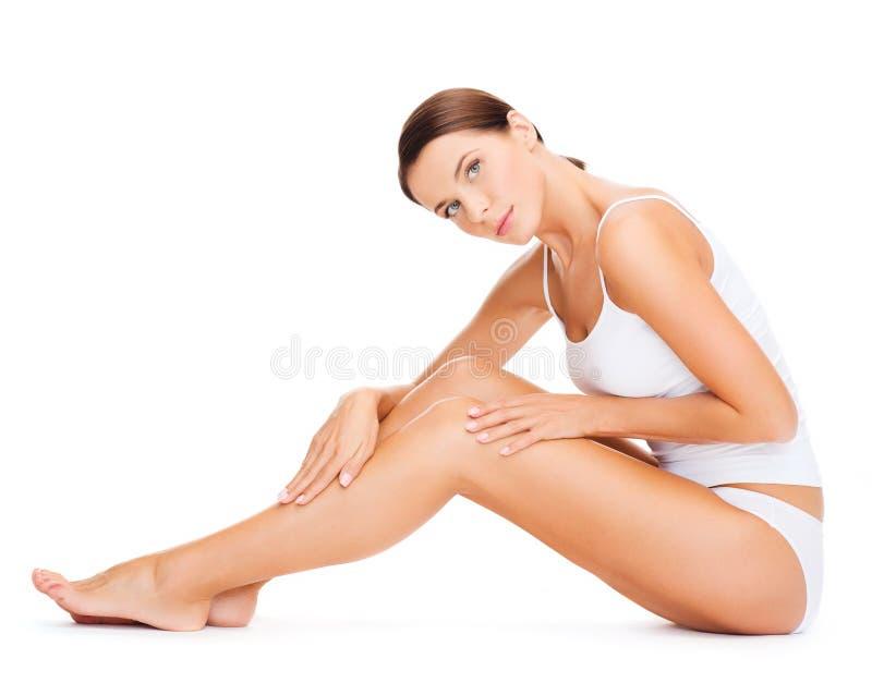 Красивая женщина в белом нижнем белье хлопка стоковая фотография