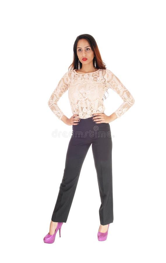 Красивая женщина в блузке и брюках шнурка стоковая фотография