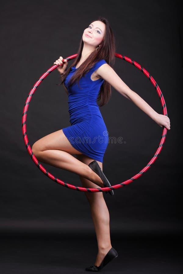 Download Красивая женщина в голубом обруче танца Стоковое Изображение - изображение насчитывающей счастье, внимательность: 33734703