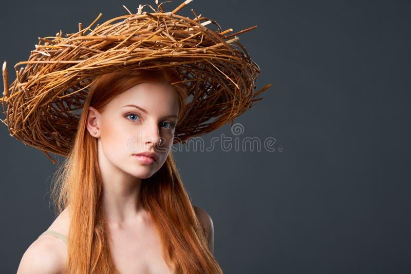 Красивая женщина в естественном венке стоковые фотографии rf