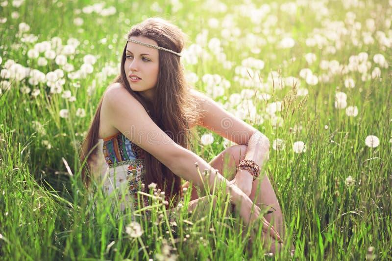 Красивая женщина в зацветенном луге стоковая фотография rf
