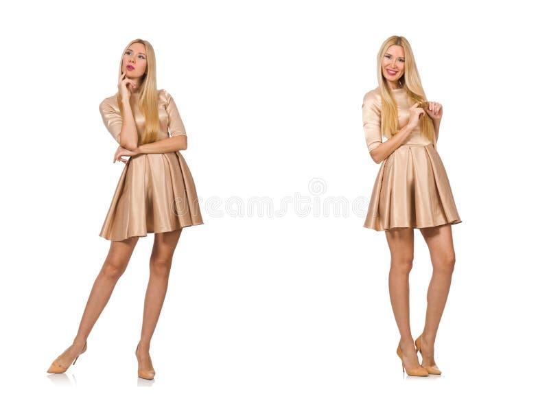 Красивая женщина в золотом платье изолированном на белизне стоковая фотография