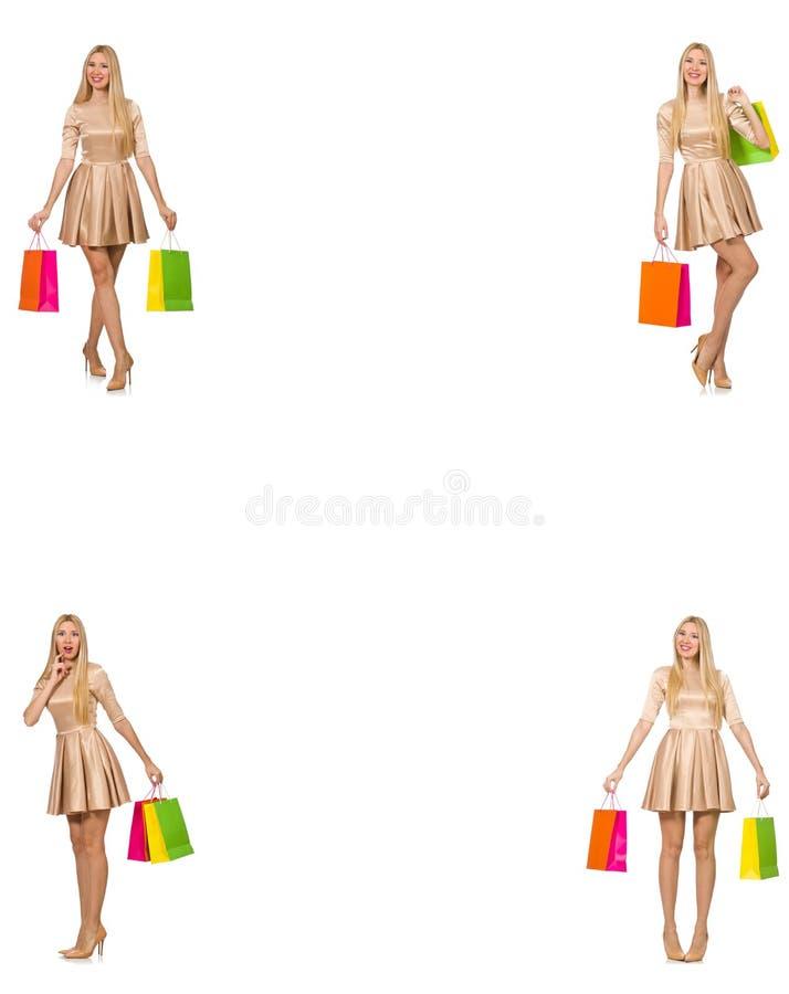 Красивая женщина в золотом платье с сумками стоковая фотография