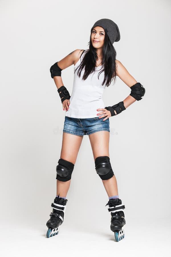 Красивая женщина в коньках ролика стоковые изображения rf