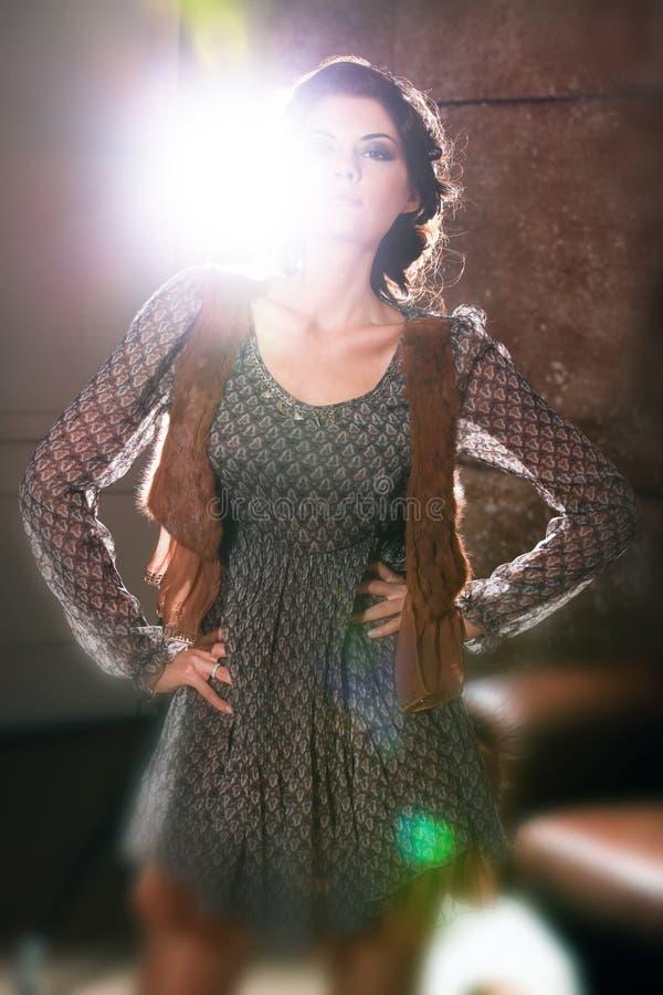 Красивая женщина в коричневом платье стоковое фото rf