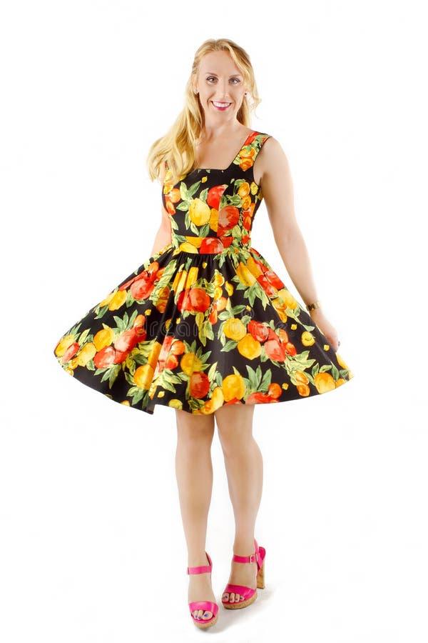 Красивая женщина в красочном платье плодоовощ стоковое изображение