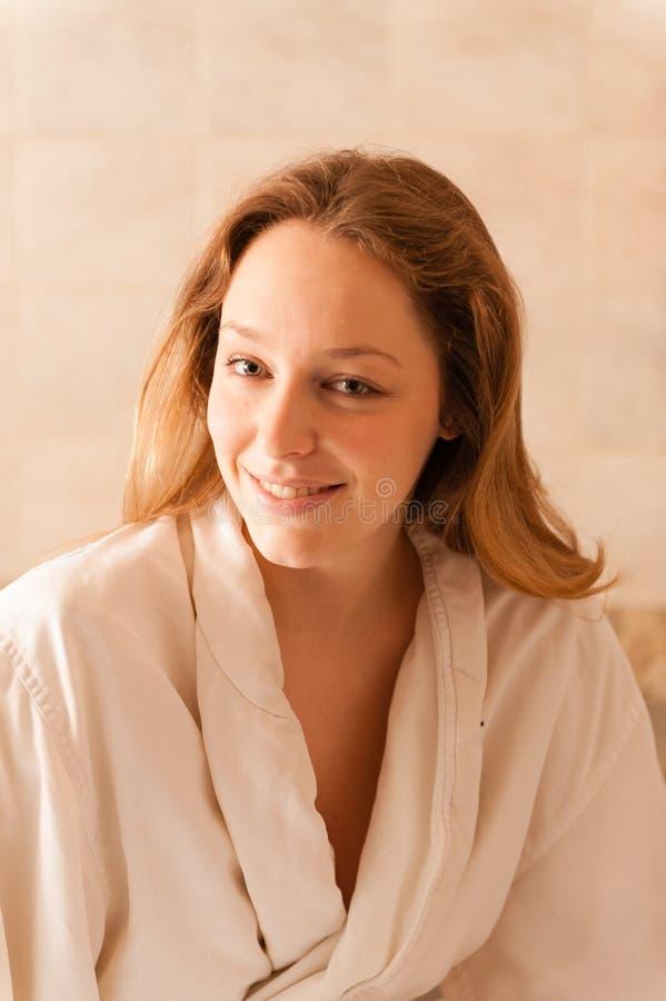 Красивая женщина в курорте нося белую робу ждать массу стоковая фотография