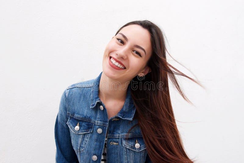 Красивая женщина в куртке джинсовой ткани с длинный дуть волос стоковое фото