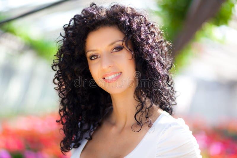 Красивая женщина в парнике стоковое фото rf