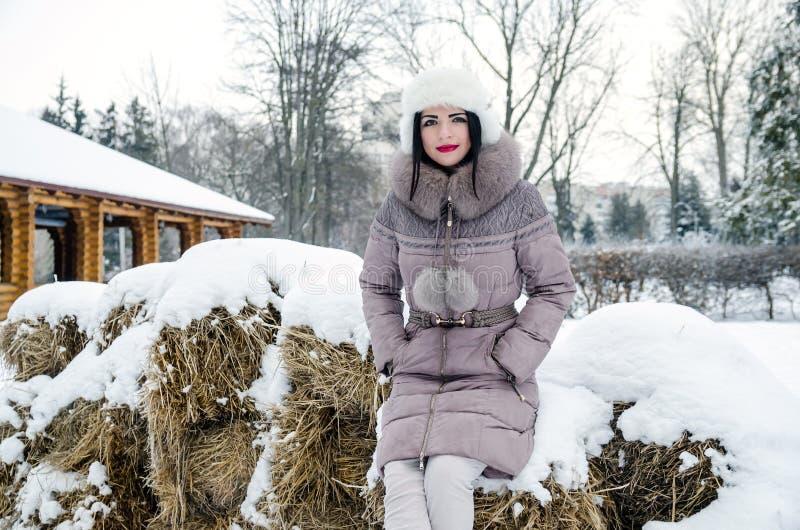 Красивая женщина в пейзаже зимы в лесе стоковая фотография