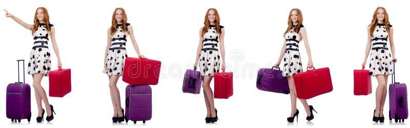Красивая женщина в платье точки польки с чемоданами изолированными на wh стоковые изображения rf