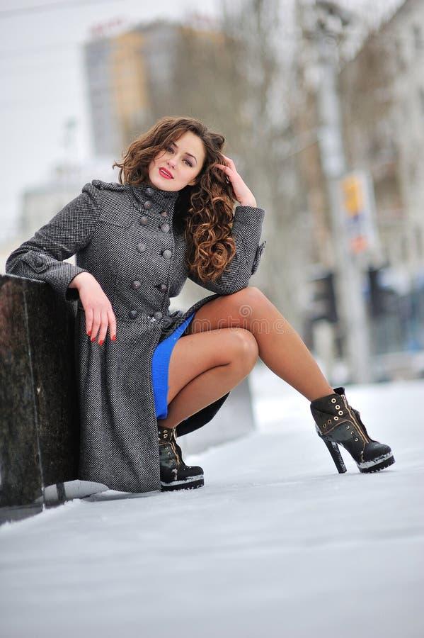 Красивая женщина в прогулках зимы стоковые фото