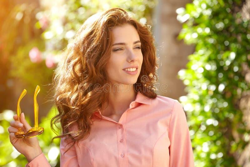 Красивая женщина в платье лета идя и бежать радостная и c стоковое фото
