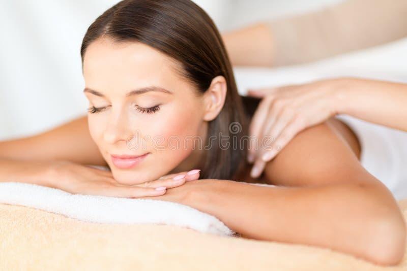 Красивая женщина в салоне курорта получая массаж стоковое фото rf