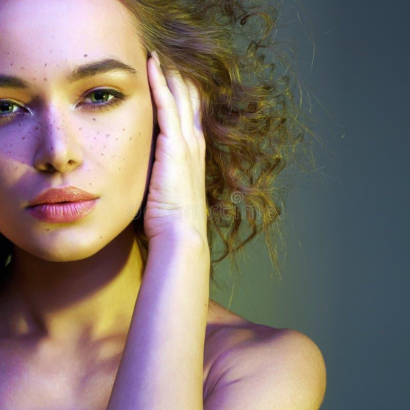 Красивая женщина в свете цвета изумляя курчавая девушка стоковая фотография