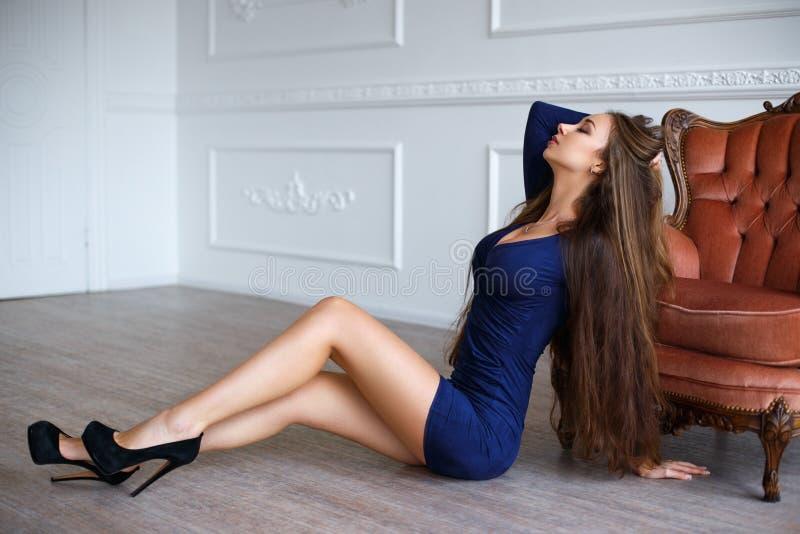Красивая женщина в сексуальном голубом коротком платье стоковое фото rf