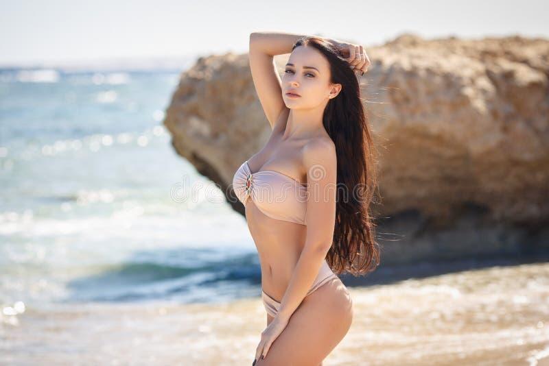 Красивая женщина в сексуальном бикини на пляже стоковые фотографии rf