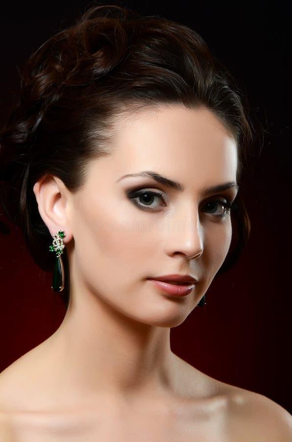 Красивая женщина в серьгах ювелирных изделий стоковое изображение rf