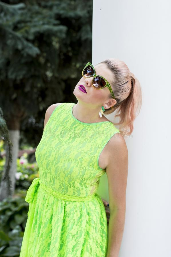 Красивая женщина в солнечных очках на белых столбцах стоковые фото