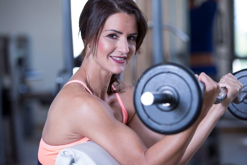 Красивая женщина в спортзале стоковое фото rf
