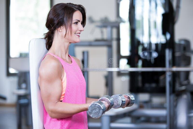 Красивая женщина в спортзале стоковая фотография rf