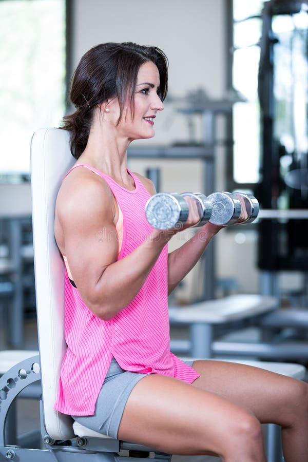 Красивая женщина в спортзале стоковое фото