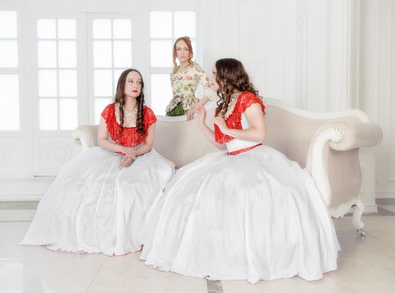 Красивая женщина 3 в средневековый говорить платьев стоковая фотография rf