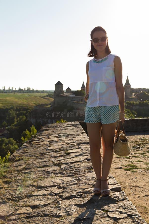 Красивая женщина в старом европейском городе стоковая фотография rf