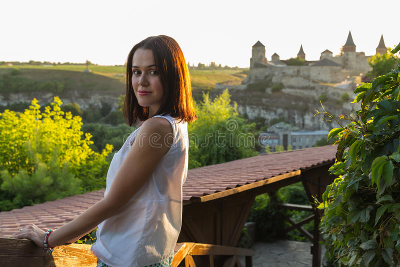 Красивая женщина в старом европейском городе стоковое изображение rf