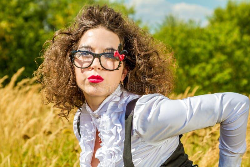 Красивая женщина в стеклах имея потеху outdoors стоковое изображение