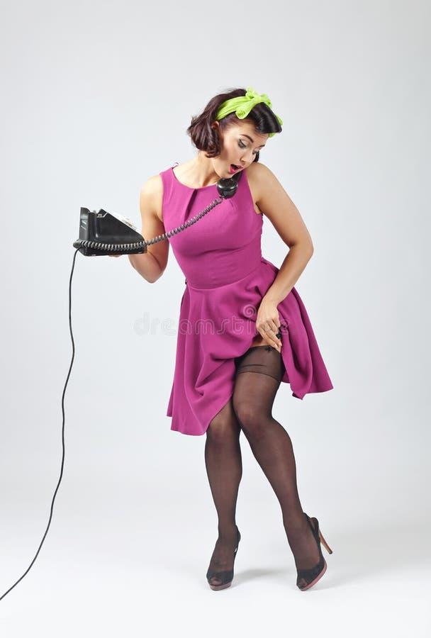 Красивая женщина в стиле штыря поднимающем вверх с винтажным телефоном стоковые изображения rf