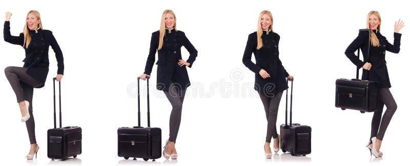 Красивая женщина в черном пальто с чемоданом стоковая фотография