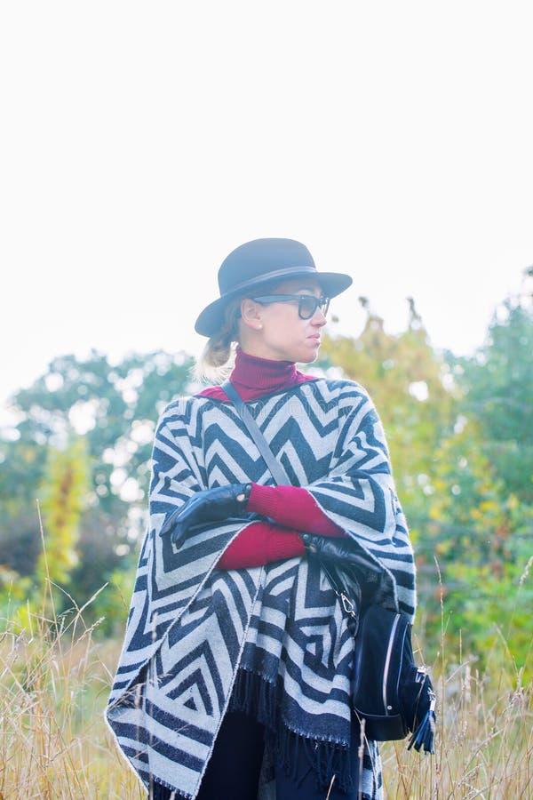 Красивая женщина в шляпе и перчатках плащпалаты стоковое фото rf