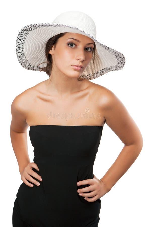 Красивая женщина в шляпе смотря камеру стоковые изображения