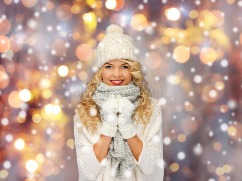 Красивая женщина в шляпе, шарфе и mittens зимы стоковые изображения